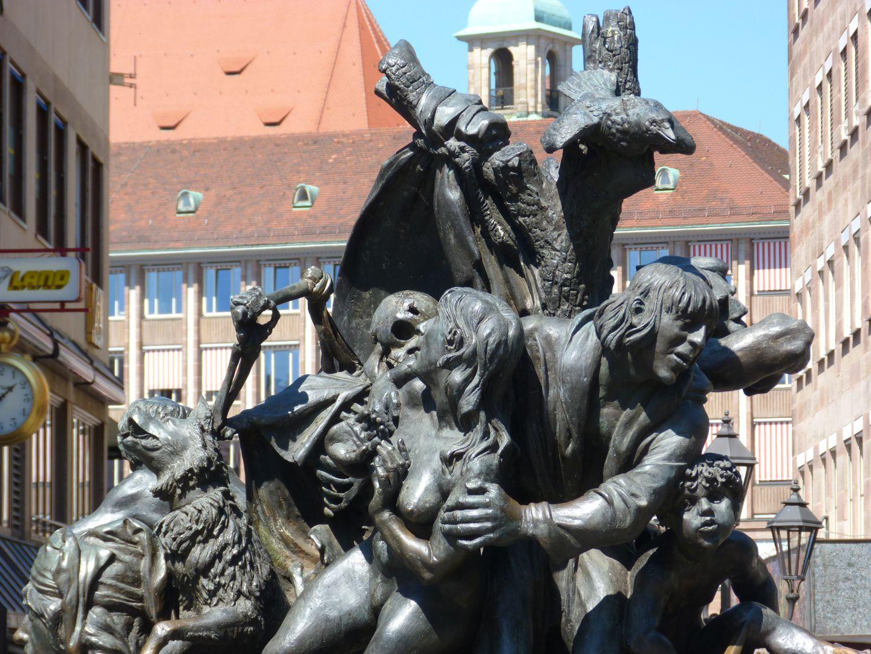 Narrenschiff von l. nach r.: Höllenhund, Tod, Eva und Adam, darüber ein Krähe, rechts unten Kain
