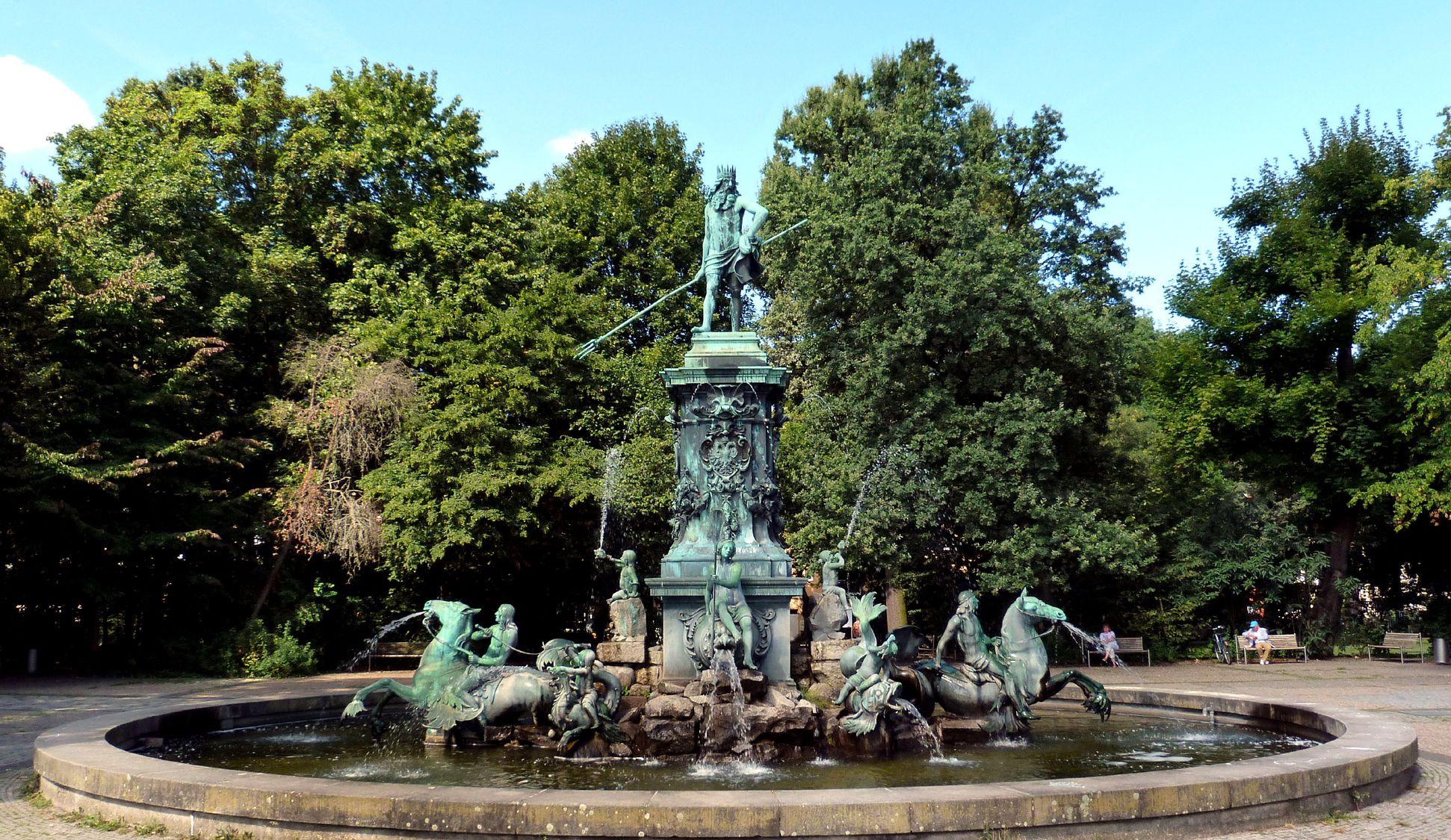 Neptunbrunnen Gesamtansicht von Ost