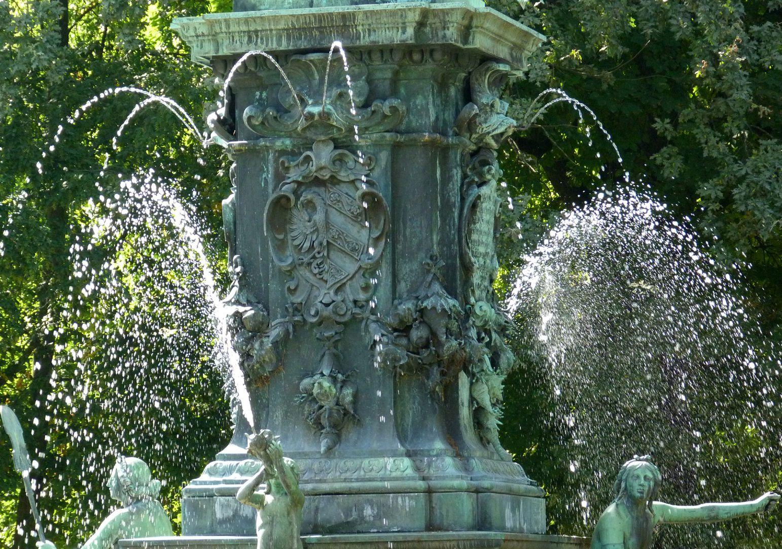 Neptunbrunnen Neptuns Postament von Nordwest