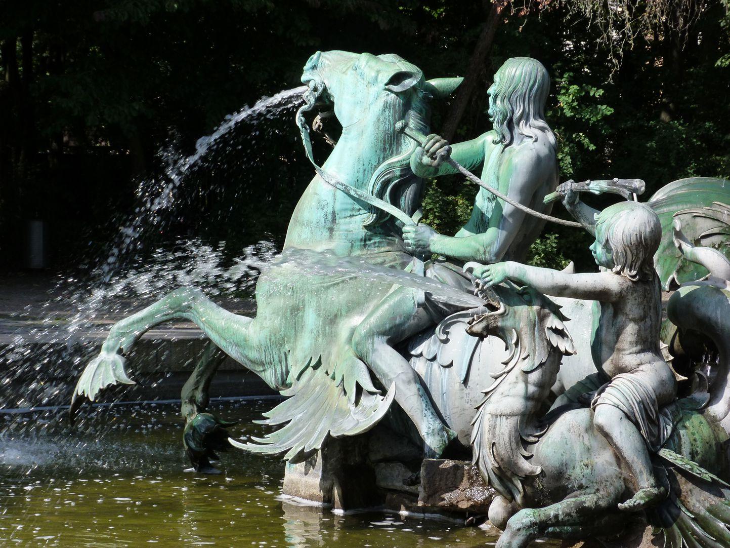 Neptunbrunnen Tritonreiter auf Seepferd sitzend, Putti auf Drachen sitzend, Südseite