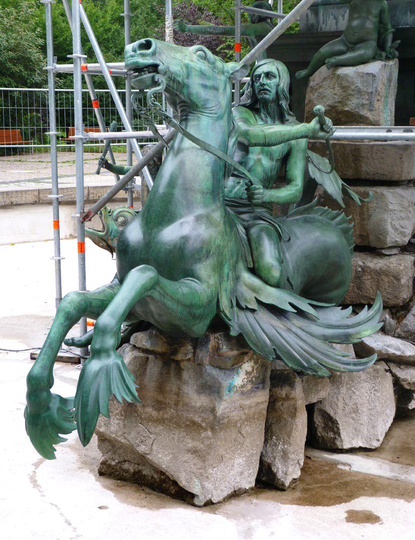 Neptunbrunnen Tritonreiter auf Seepferd sitzend, Südseite