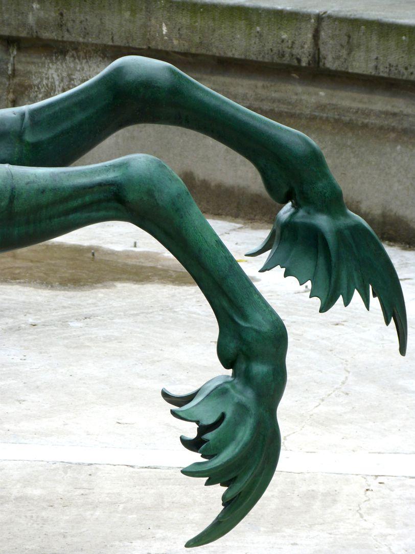 Neptunbrunnen Seepferd, Südseite, Vorderläufe