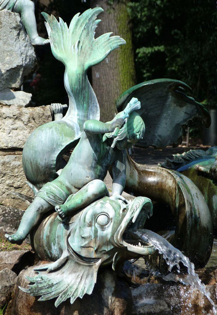 Neptunbrunnen Putti auf Fisch sitzend