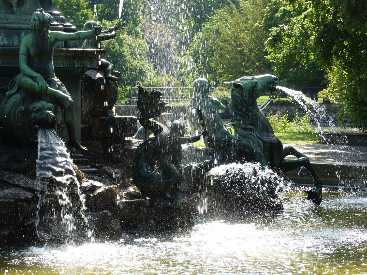 Neptunbrunnen Najade, Putti und Tritonenreiter im Wasserspiel