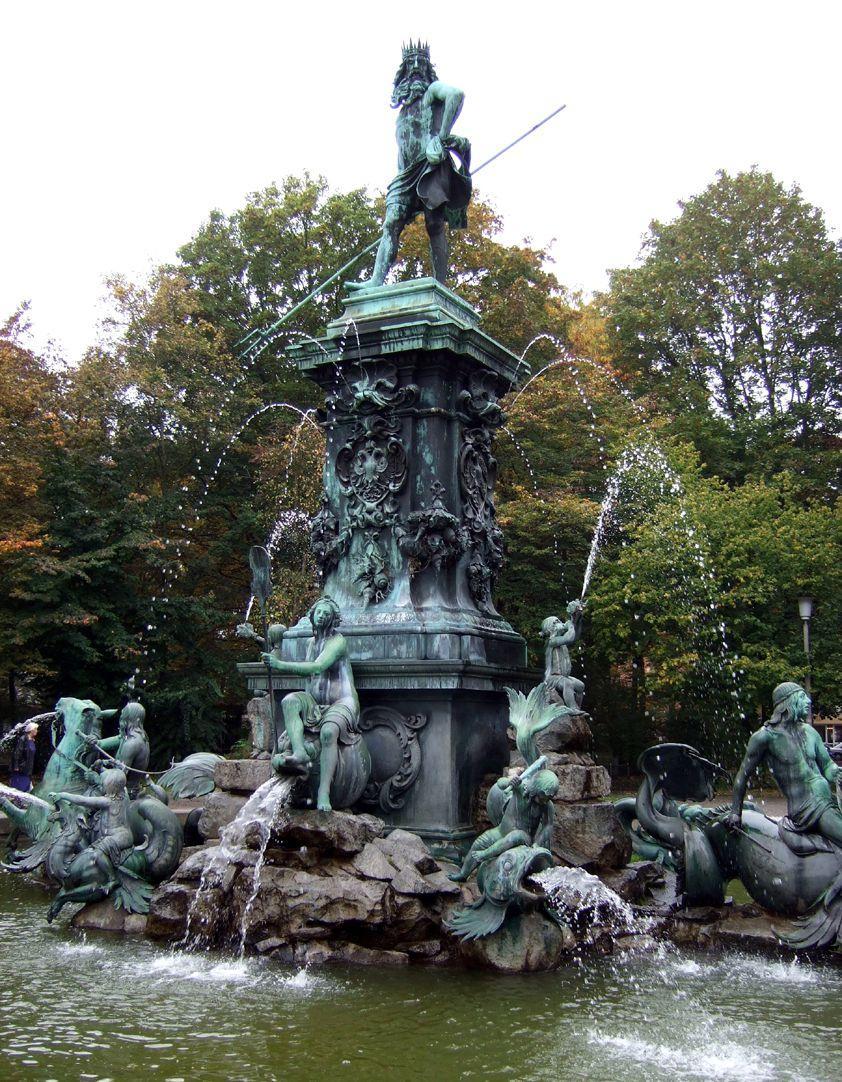 Neptunbrunnen Schrägansicht von Nordost