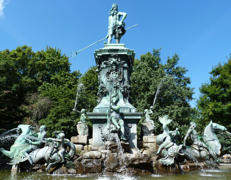 Neptunbrunnen Ansicht von Ost
