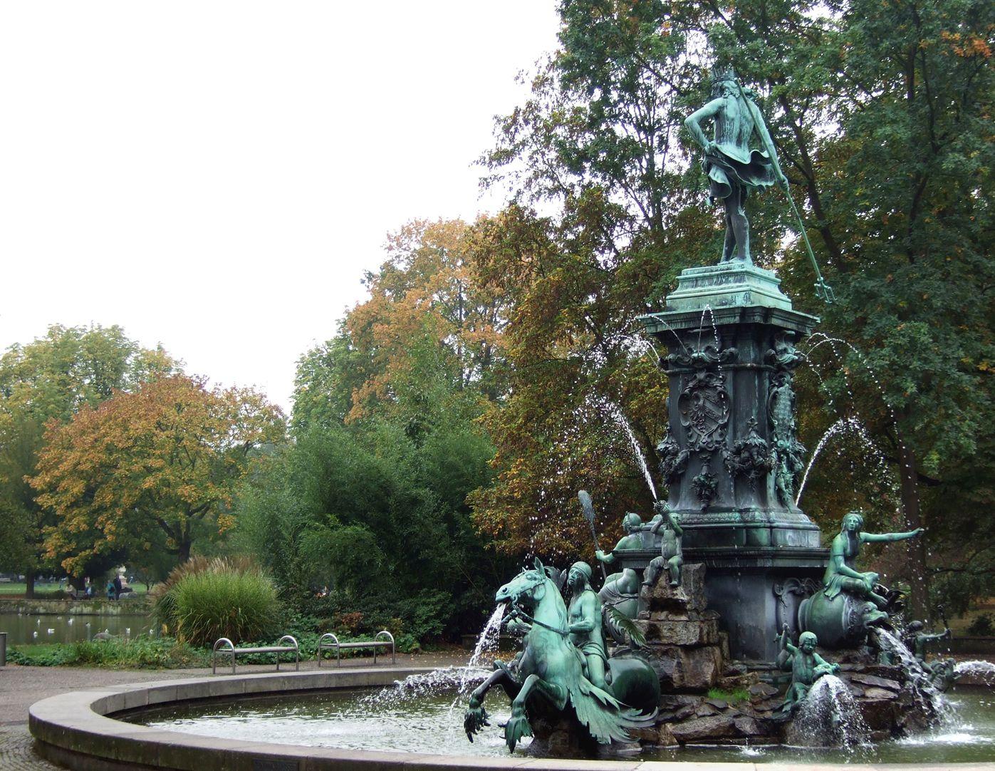 Neptunbrunnen Schräganischt von Nordwest