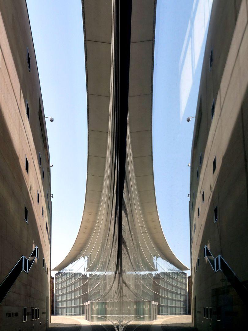 Neues Museum Spiegelung des Durchgangs