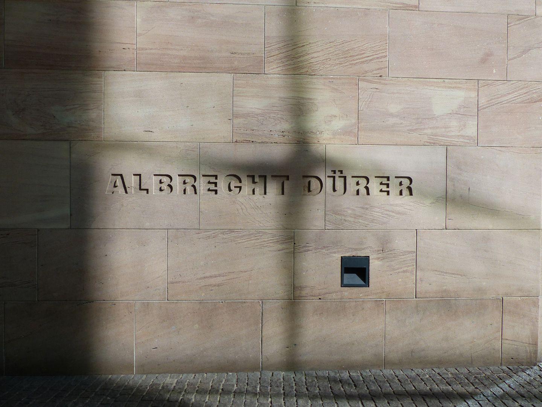 Neues Museum Tiefrelief am Designforum