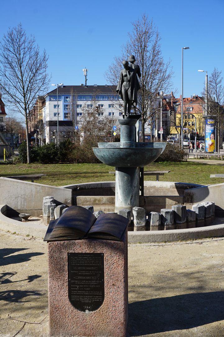 Norisbrunnen Gesamtanlage mit Lesepult und Brunnen