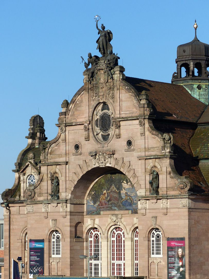 Opernhaus Giebel der Hauptfassade mit Mosaiknische