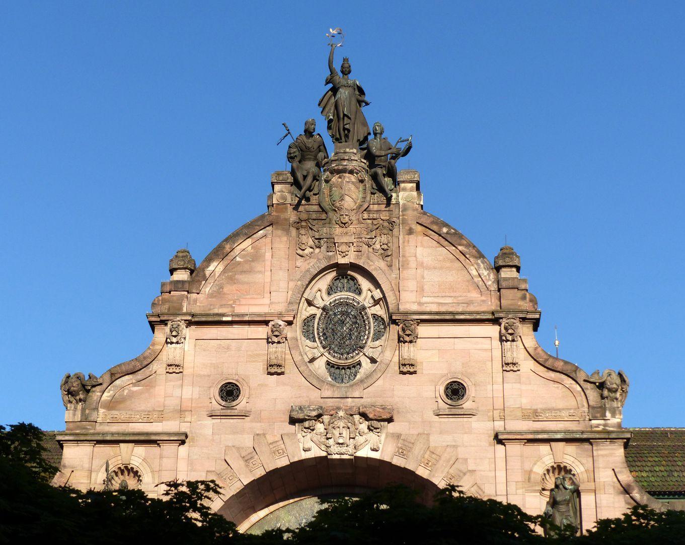 Opernhaus Oberteil des Hauptfassadengiebels