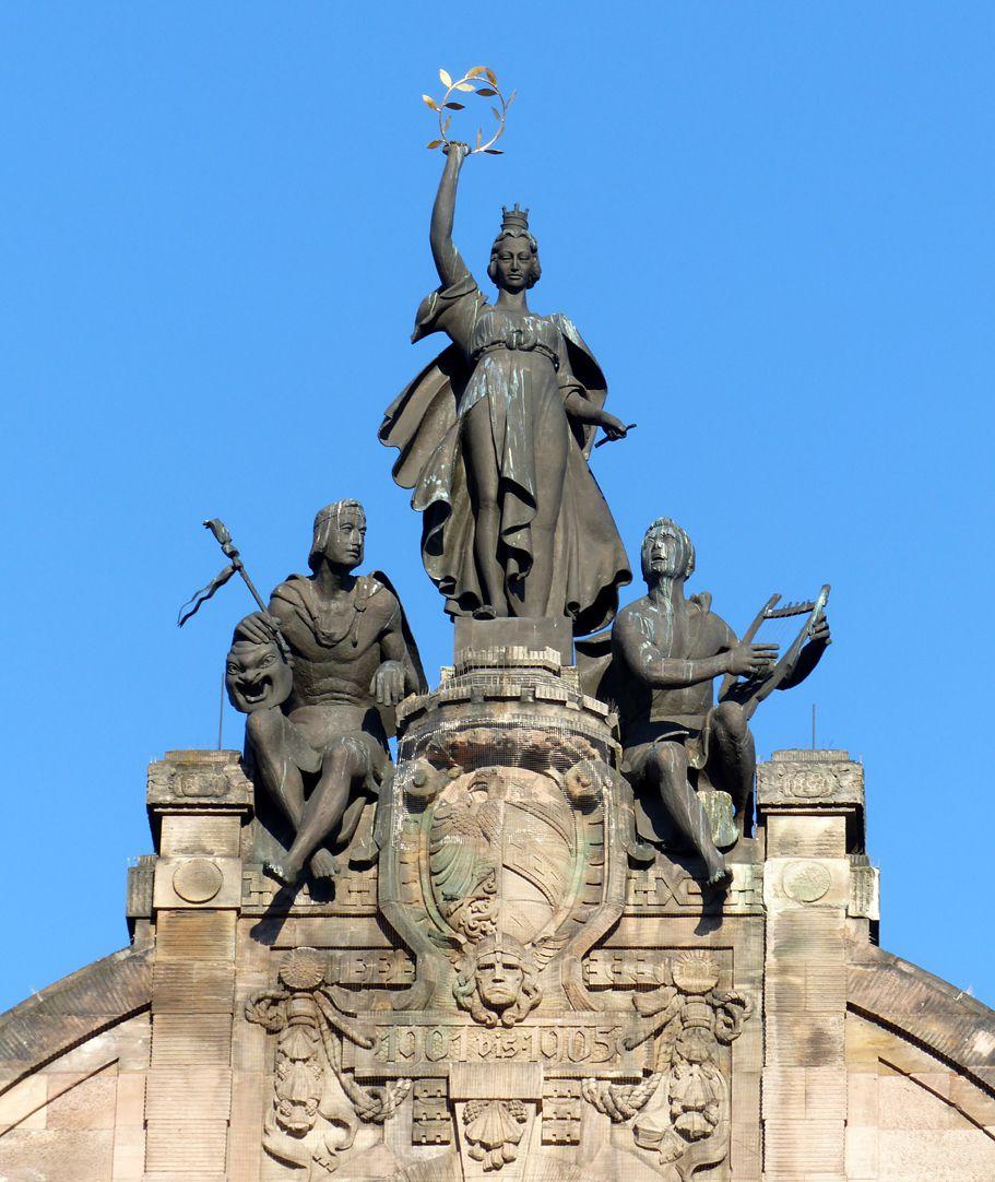 Opernhaus Noris flankiert von Orpheus (r.) und Personifizierung des Theaters (l.), Bronzen von Hermann Feuerhahn
