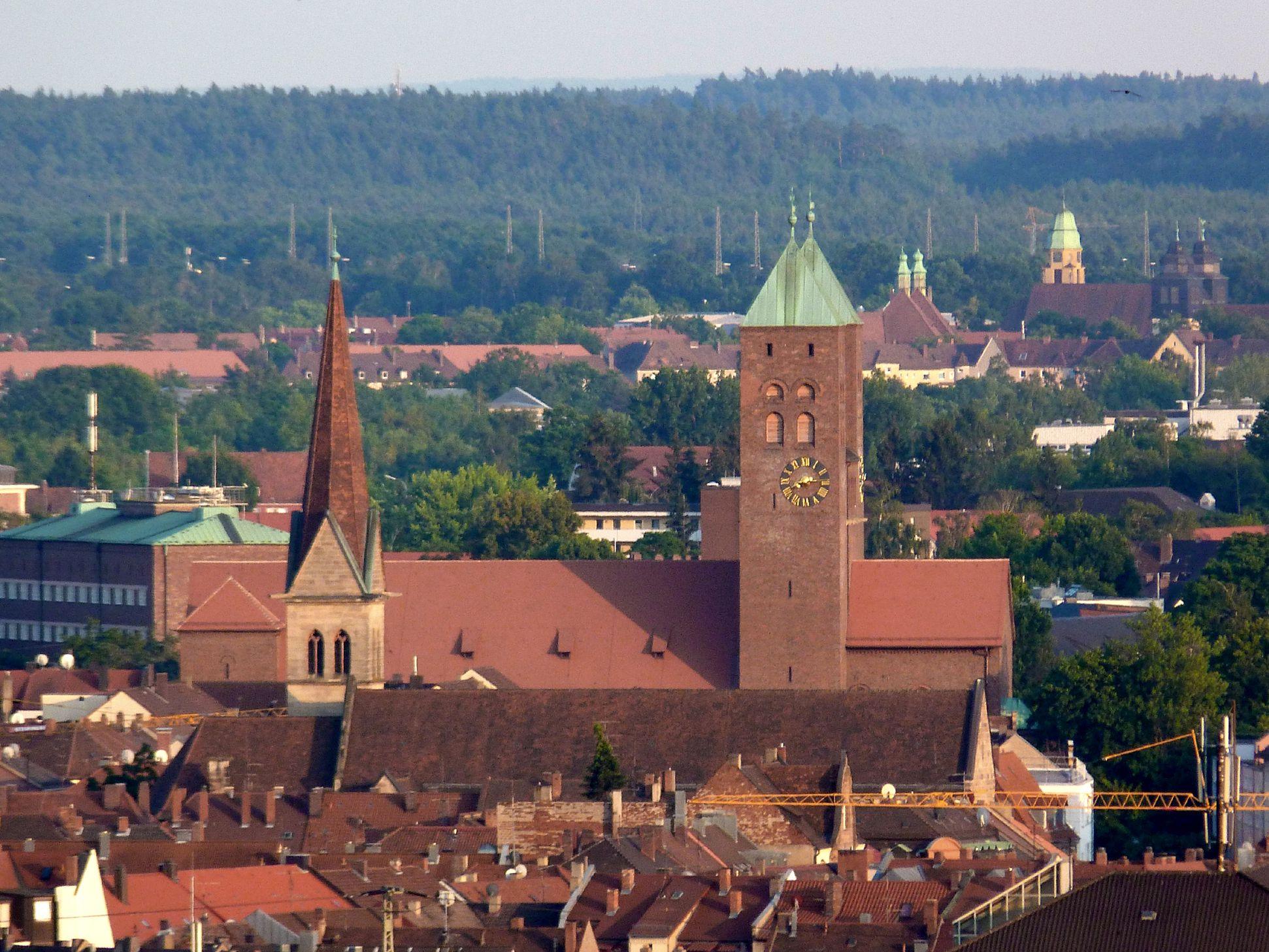 Gustav-Adolf-Gedächtniskirche Blick über die Dächer der Südstadt, Herz-Jesu-Kirche im Vordergrund, Rangierbahnhof-Siedlung am hinteren rechten Bildrand
