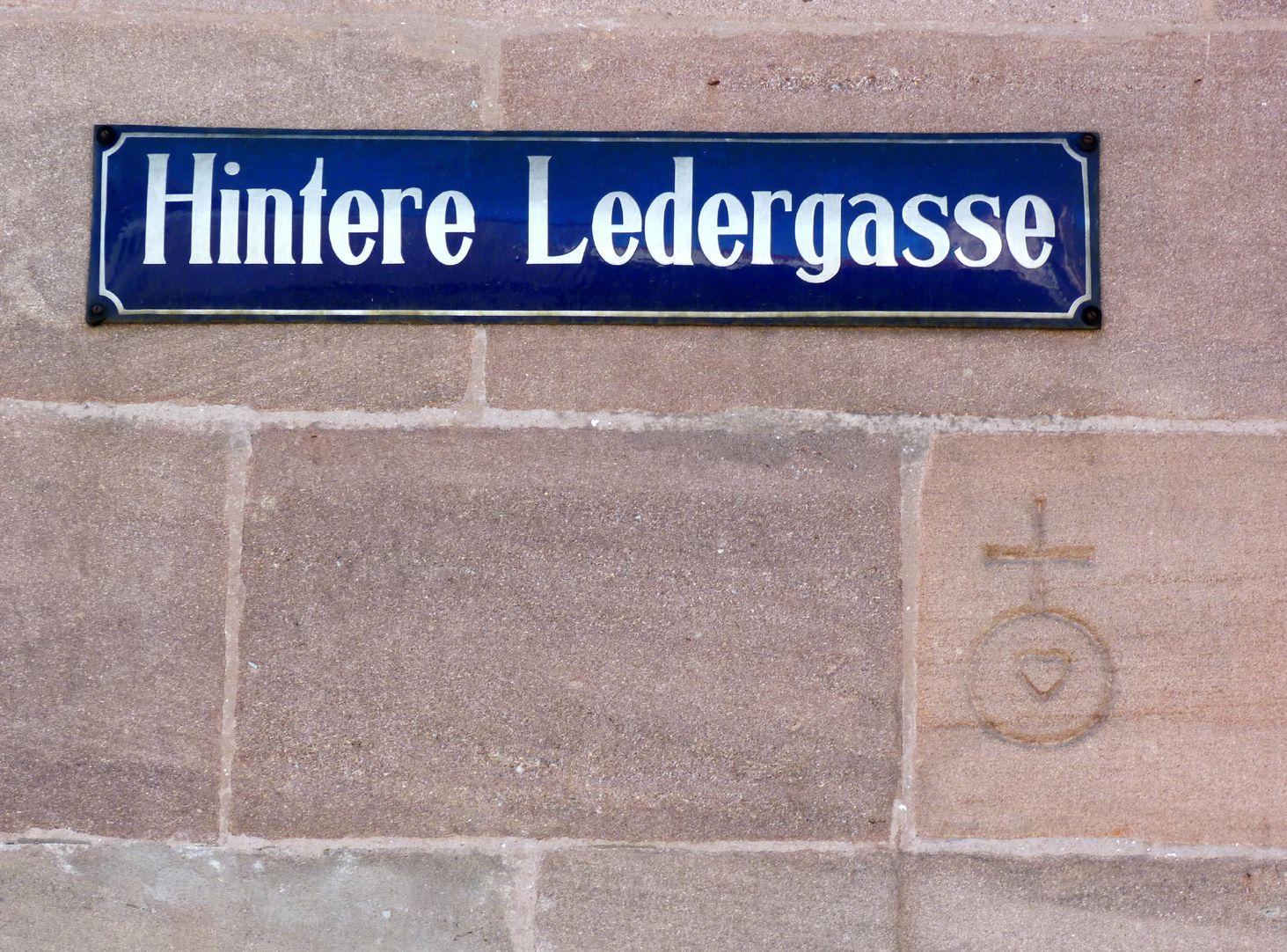 Geschäfts- und Wohnhaus Kaiserstraße Steinmetzzeichen an der Hinteren Ledergasse