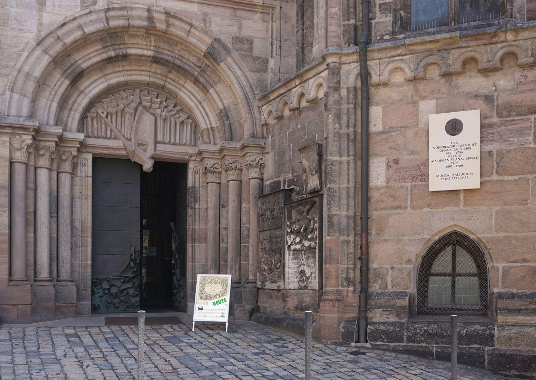 Pachelbel-Gedenktafel links Eingangsbereich, rechts am Westchor die Gedenktafel