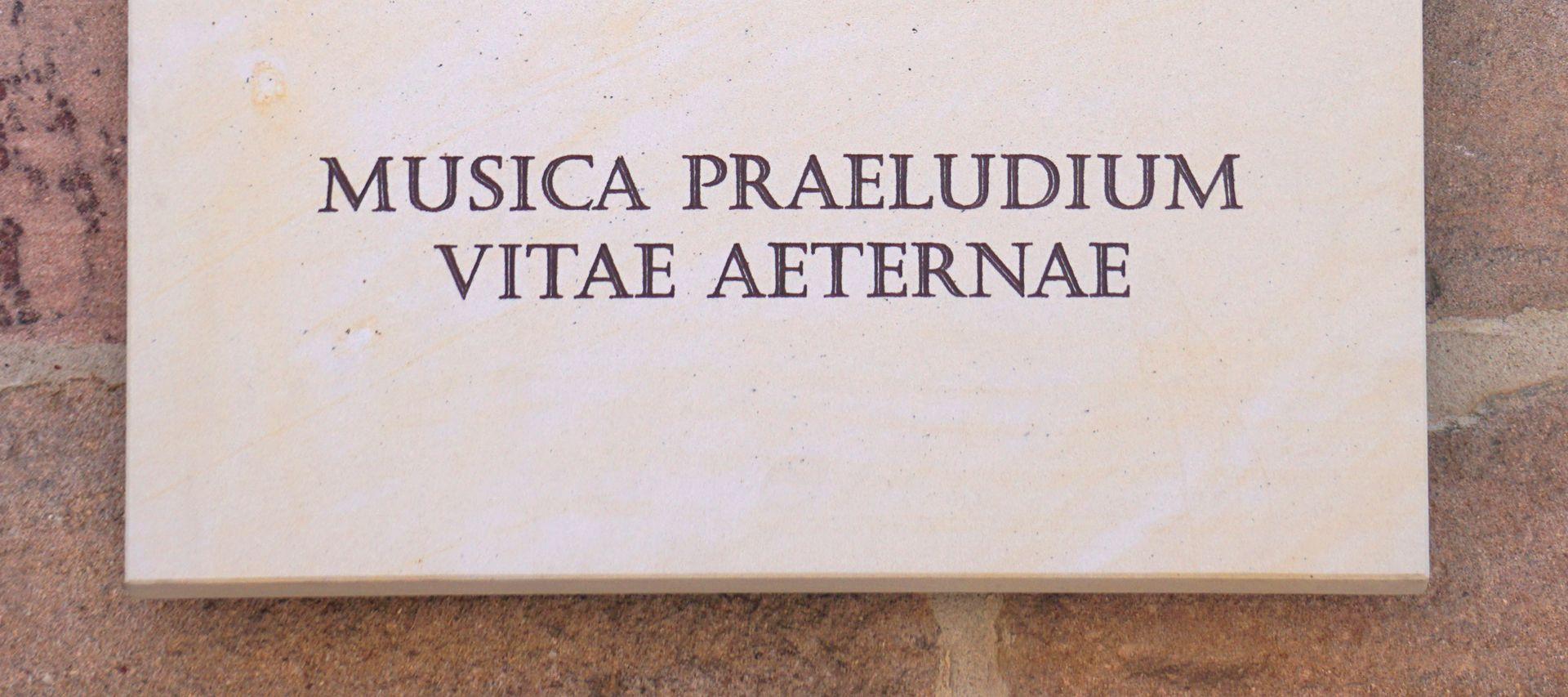 Pachelbel-Gedenktafel MUSICA PRAELUDIUM VITAE AETERNAE / Die Musik ist ein Vorspiel des ewigen Lebens