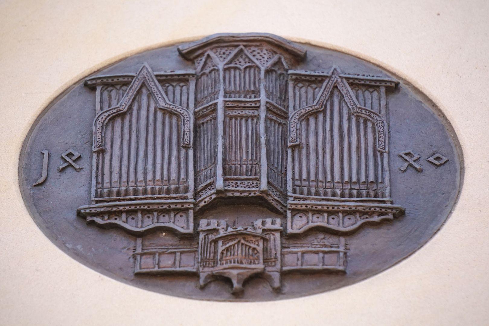 Pachelbel-Gedenktafel Darstellung der Traxdorf-Orgel, Schrägsicht von unten