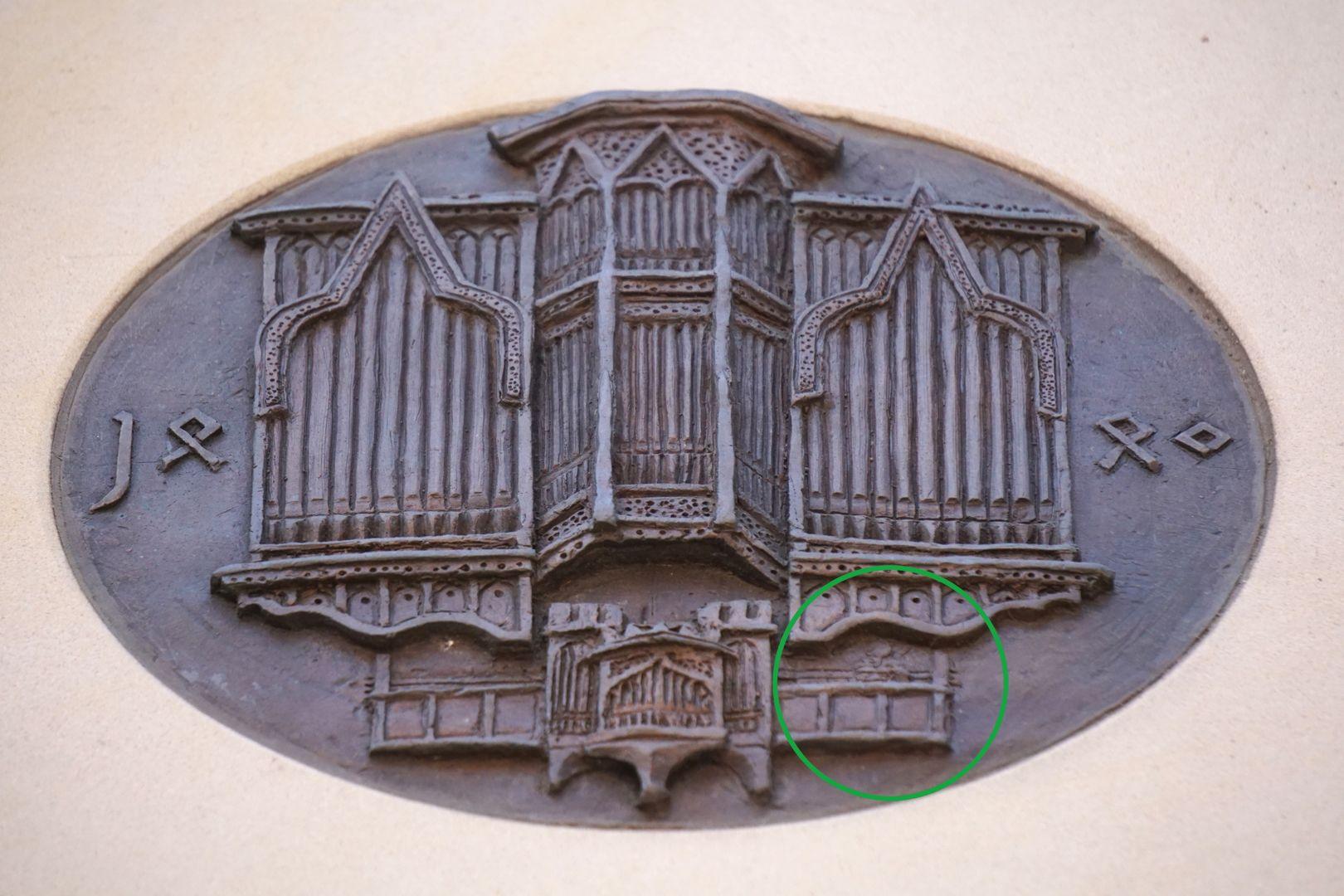 Pachelbel-Gedenktafel Darstellung der Traxdorf-Orgel; schemenhaft zu erkennen, Pachelbel auf der Orgelempore