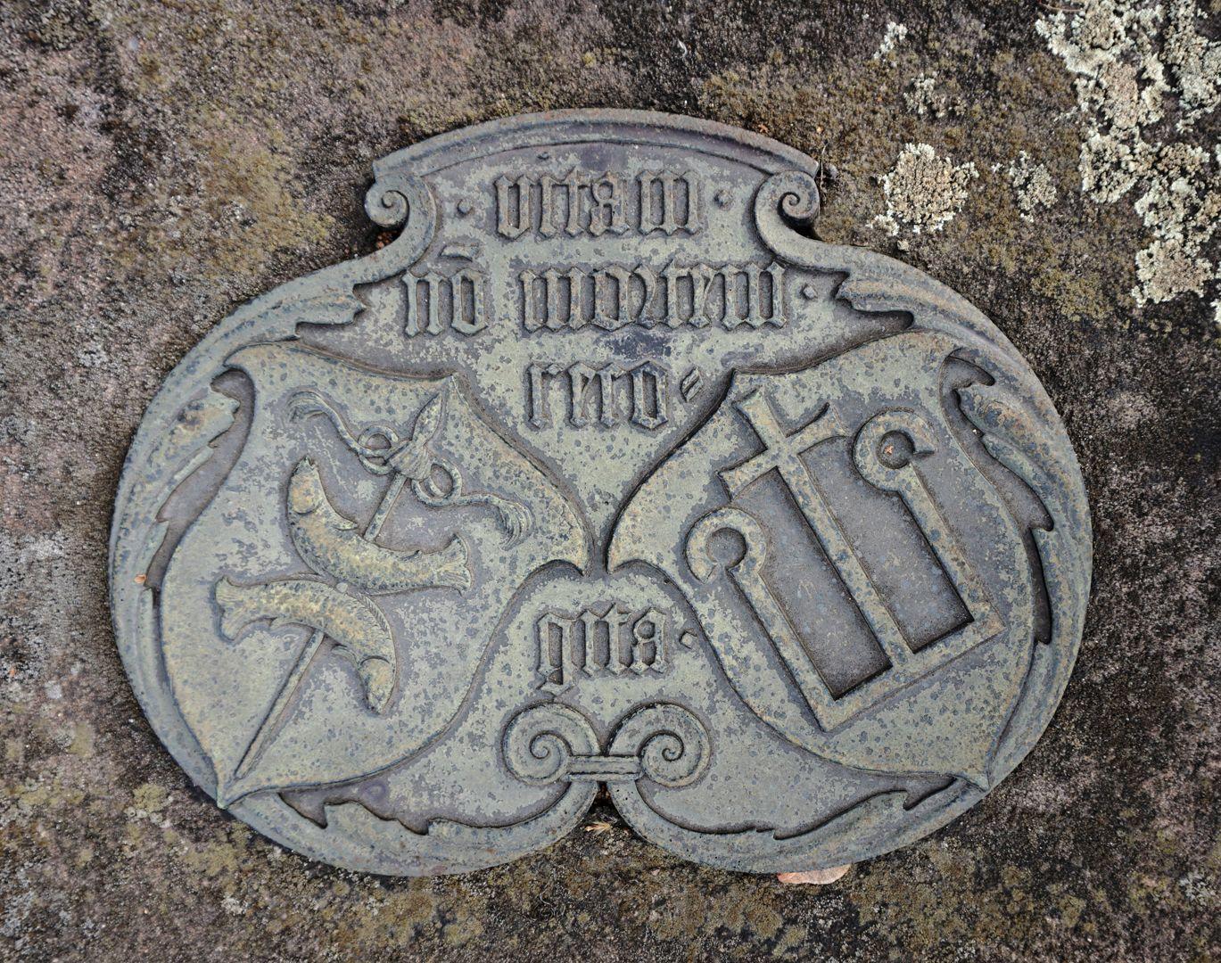 """Peter Vischer Grabstätte Wappen Peter Vischers und seiner Frau mit der Inschrift:"""" vitam, no(n) mortem recogita."""" / Übersetzung: Denke an das Leben, nicht an den Tod"""