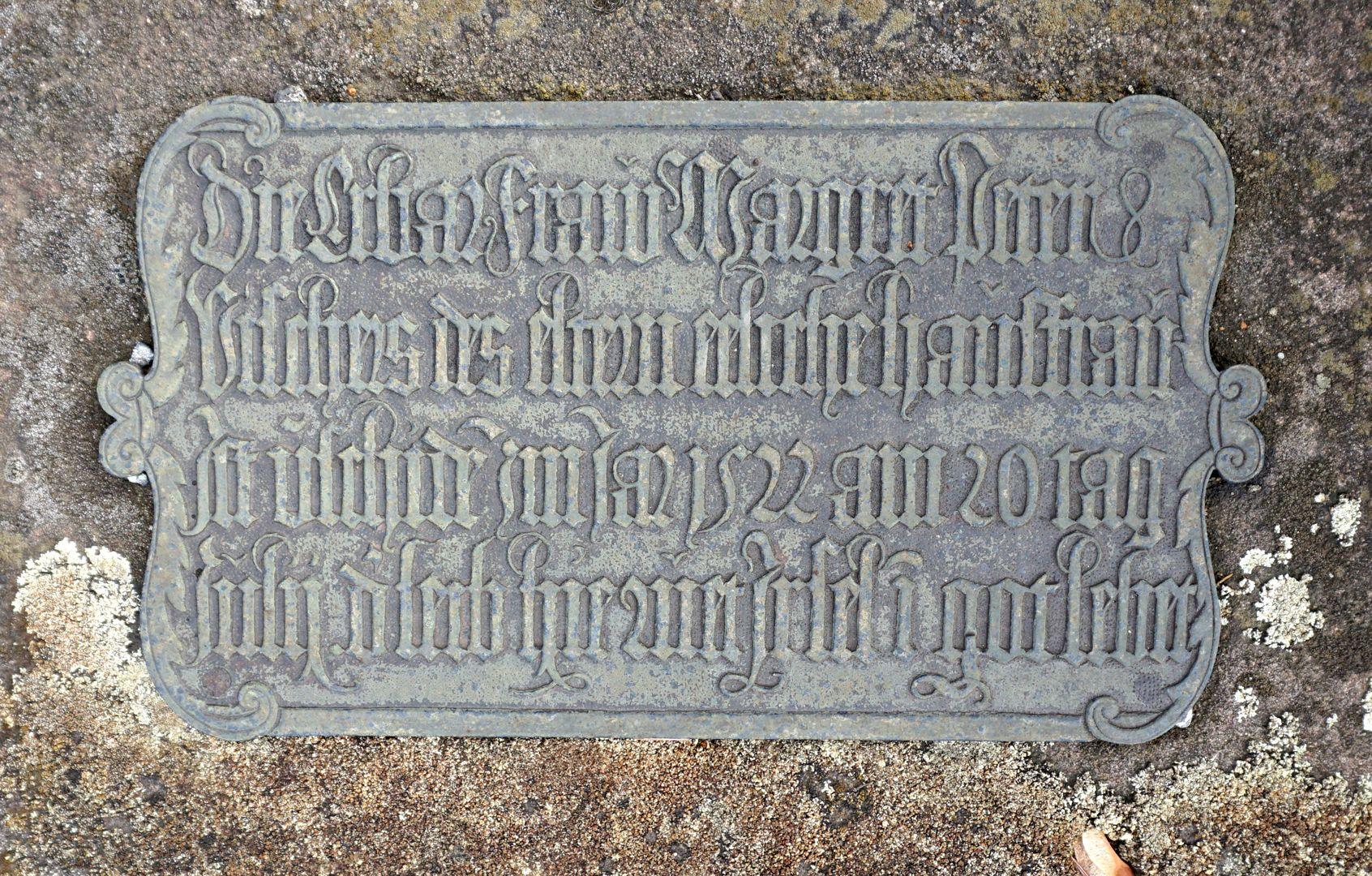 """Peter Vischer Grabstätte Inschrift: """"Die Erbar Fraw Margret Peter Vischers des eltern eeliche hausfrau Ist v(er)schide(n) im Jar 1522 am 20 tag Julij d(er) leib hie ruet Ir sel i(n) got lebet"""""""