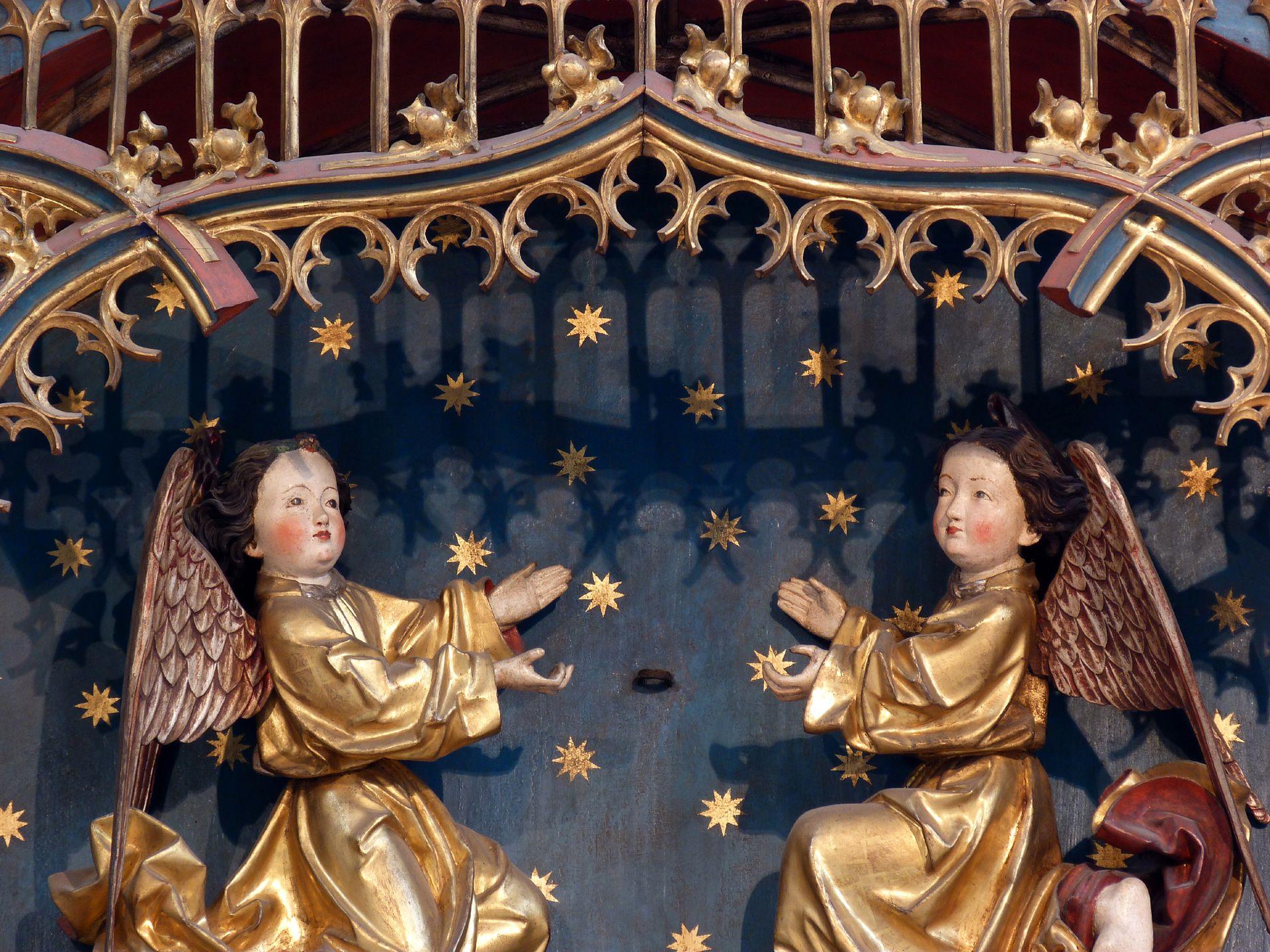 Petersaltar Schrein, Krönungsengel (die päpstliche Tiara, die sie trugen, ist in der Reformationszeit entfernt worden)