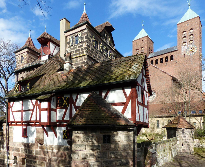 Petzenschloss (Schlösschen Lichtenhof) Gesamtansicht von Südwest mit Gustav Adolf Kirche