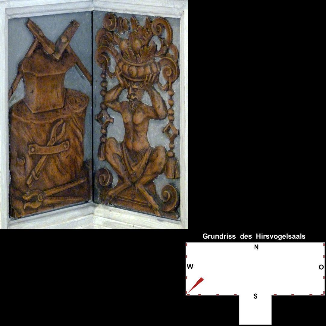 Pilasterabfolge im Hirsvogelsaal südwestliche Postamente: links Amboss mit Schmiedewerkzeugen, rechts Faun mit Früchtekorb