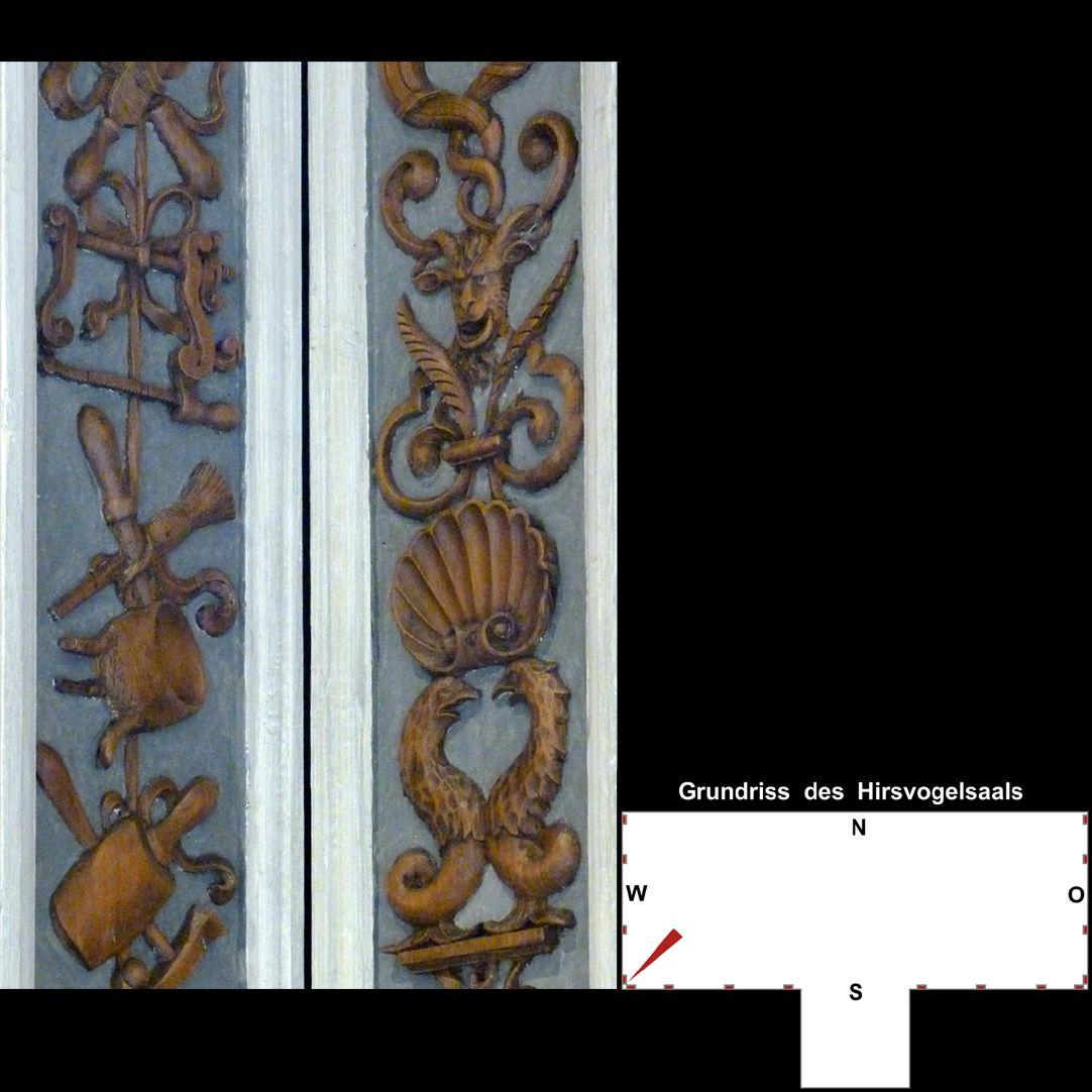 Pilasterabfolge im Hirsvogelsaal südwestliche Pilasterecke, mittlerer Teil 1: links Werkzeug, rechts Grotesken