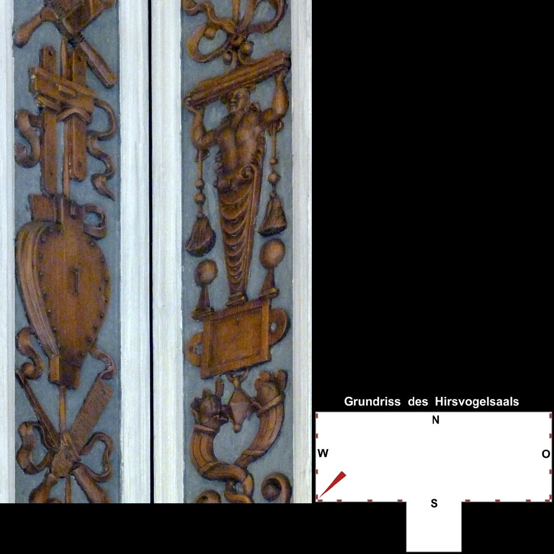 Pilasterabfolge im Hirsvogelsaal südwestliche Pilasterecke, mittlerer Teil 2: links Werkzeug, rechts Grotesken