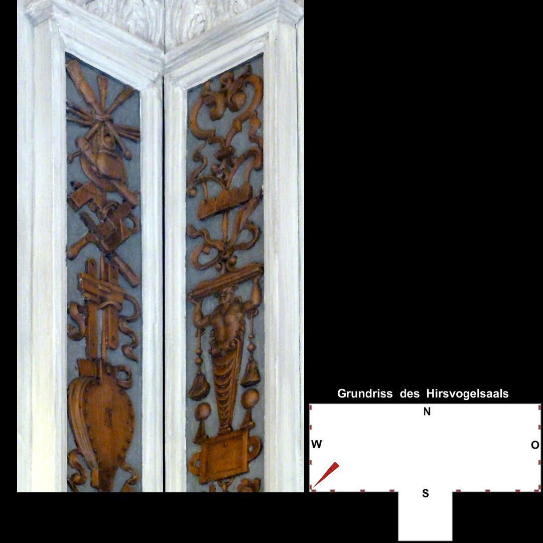 Pilasterabfolge im Hirsvogelsaal südwestliche Pilasterecke, oberer Teil: links Werkzeug, rechts Grotesken