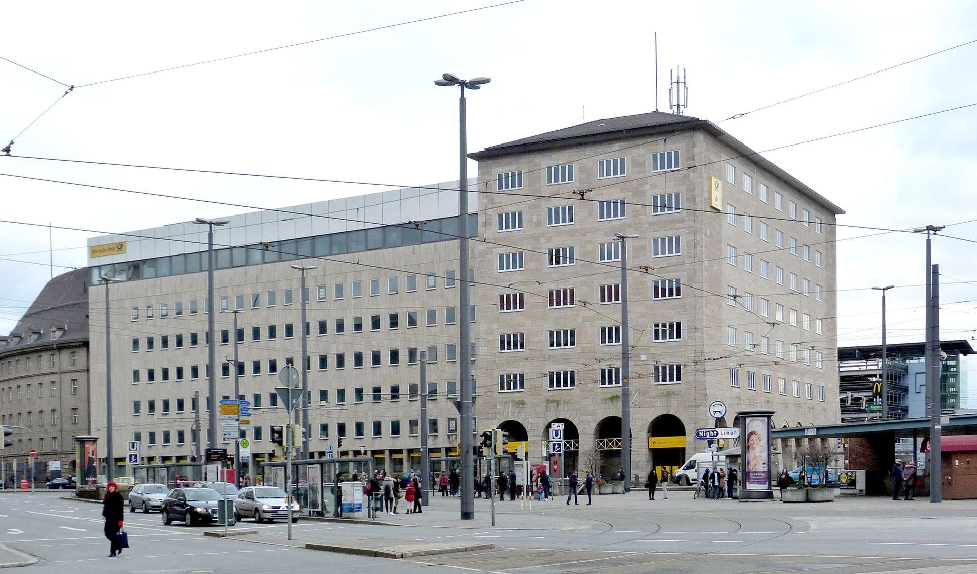 Hauptpost Blick von Nordwest, die links stehende, zu hohe Erweiterung mit dem Kantinengeschoss mit Aluminiumabschluss mindert den Wert des Urbaus
