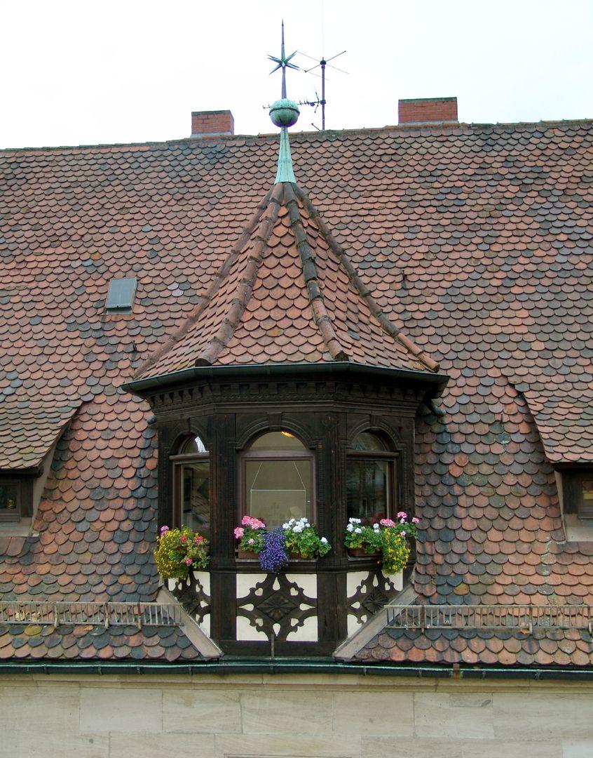 Wohnhaus, Hallerwiese Ostseite, Dacherker in Zierfachwerk