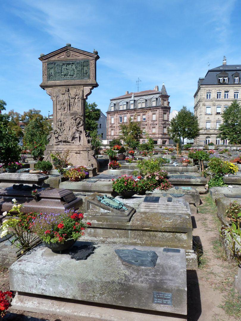 """""""Auferstehung"""" Gräberfeld mit dem Müntzerschen Gedenkstein im Hintergrund"""