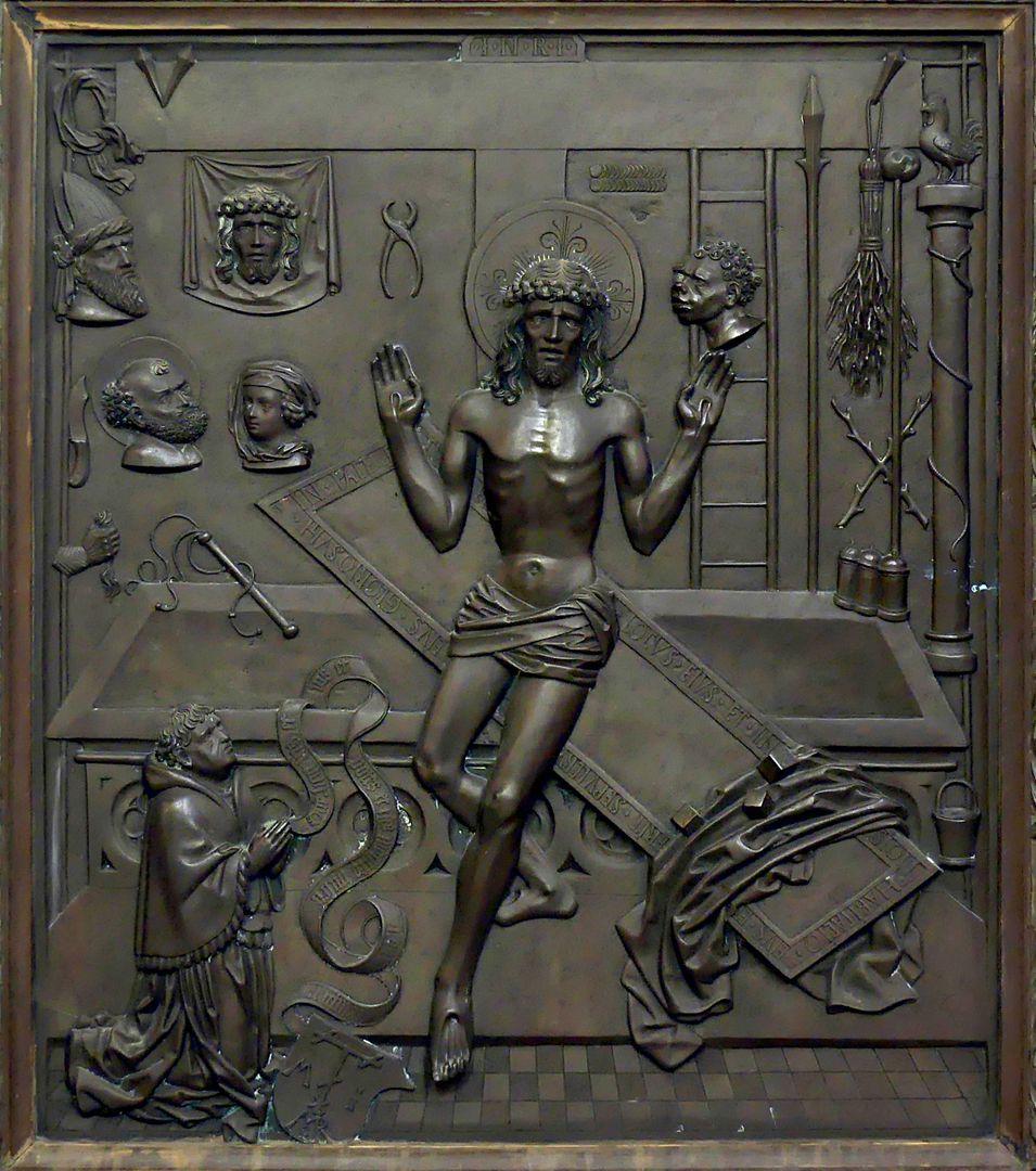 Ulrich Rispach Bildplatte: Jesus sitzt auf dem Sarkophag und zeigt seine Wunden. In der linken unteren Ecke kniet der Stifter.