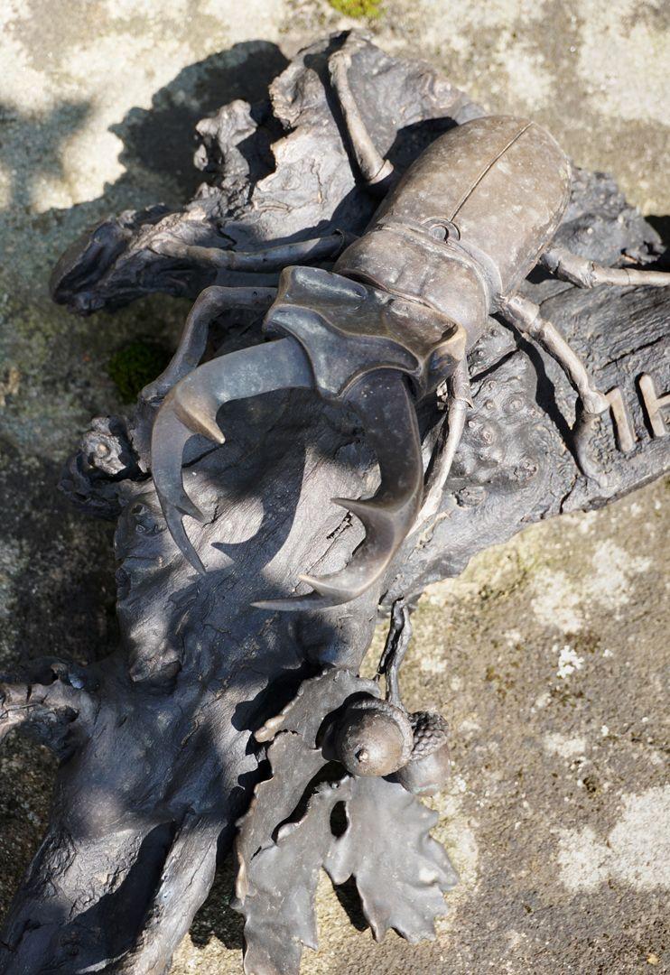 Rochusfriedhof Grabstätte 209 Modernes Epitaph / REICHL / Hirschkäfer auf einem Stück einer Eichenbaumwurzel, Ansicht von vorne