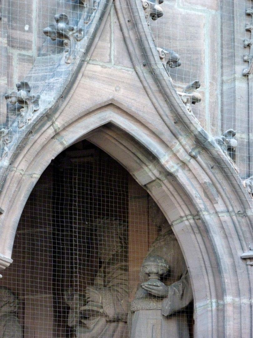 Brautportal rechte Arkade, Detail mit dem Baufehler