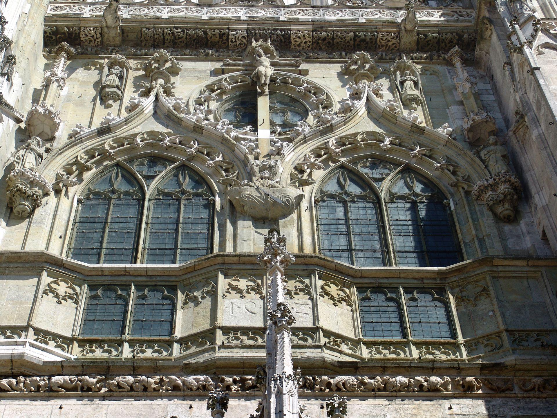 Obergeschoss der Mittelachse am Regensburger Dom Obergeschoss der Mittelachse, aus der Froschperspektive