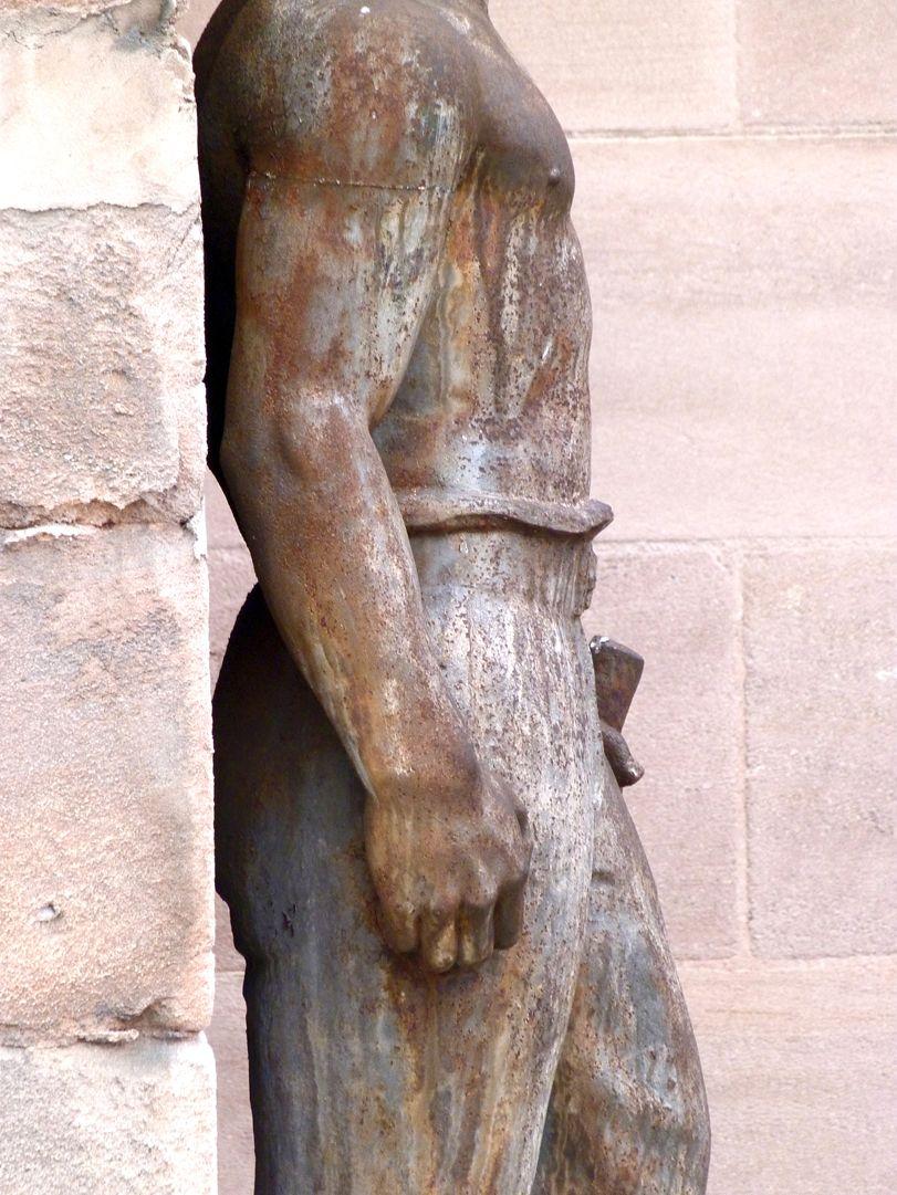 Arbeiter, am ehemaligen Arbeitsamt rechtes Profil, Oberkörper und Beine, Detail
