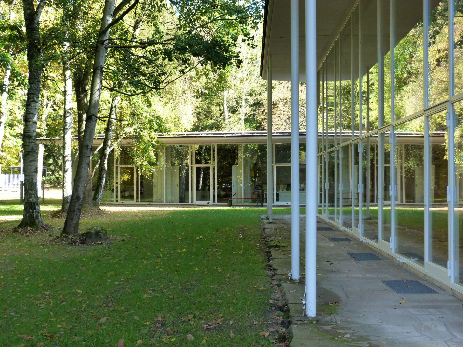 Akademie der Bildenden Künste Hörsaal, Pilotis und Glaswand