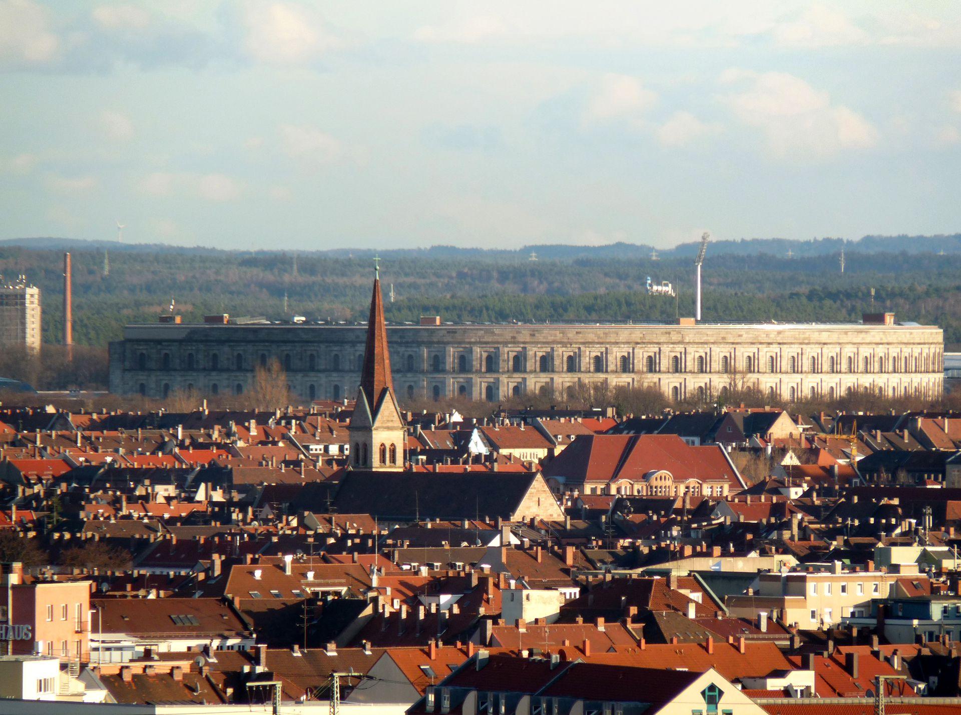 Kongresshalle Blick über die Dächer der Südstadt in Richtung Kongresshalle