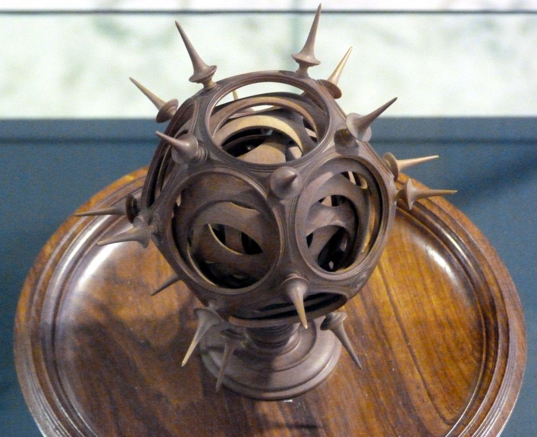 Kugel auf Schale, zwölffach ineinander gedreht Kugel und Schale von oben