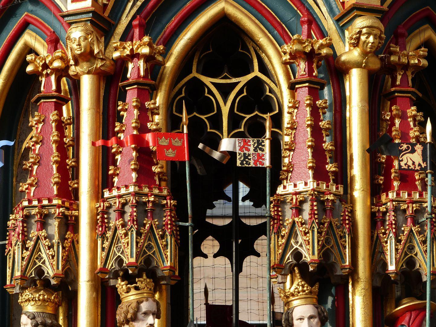 Schöner Brunnen Heutiger Zustand, Detail Fialen und Fähnchen der Kurfürsten und Guten Helden mit erkennbarer Heraldik