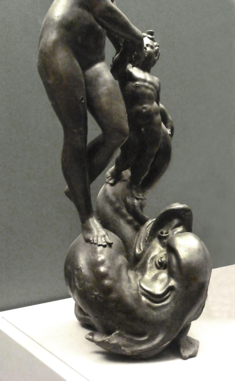Venus und Putto, auf einem Meereswesen stehend untere Hälfte