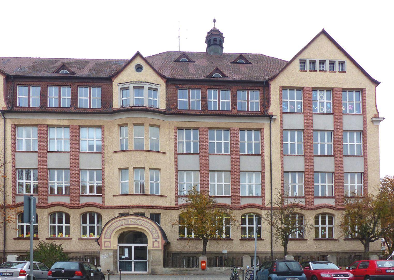 Scharrerschule Trakt Scharrerstraße mit Eingang der Mädchenschule, Teilansicht