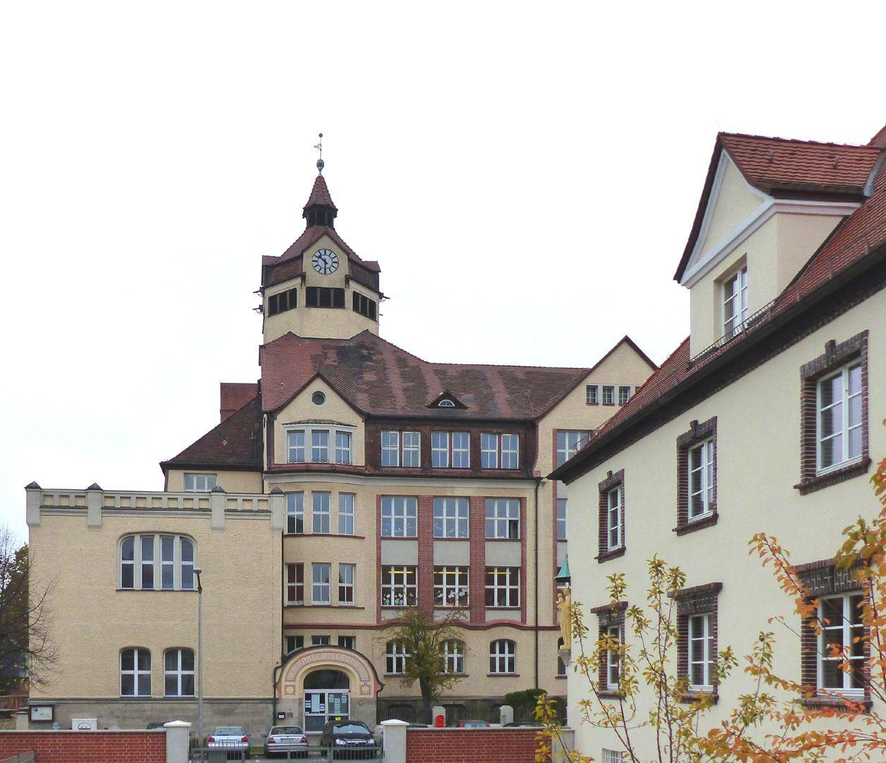 Scharrerschule südlicher Flachdach-Eckbau mit Knabenschule; Gebäude rechts im Bild: Krankenpflegeverein St. Kunigund