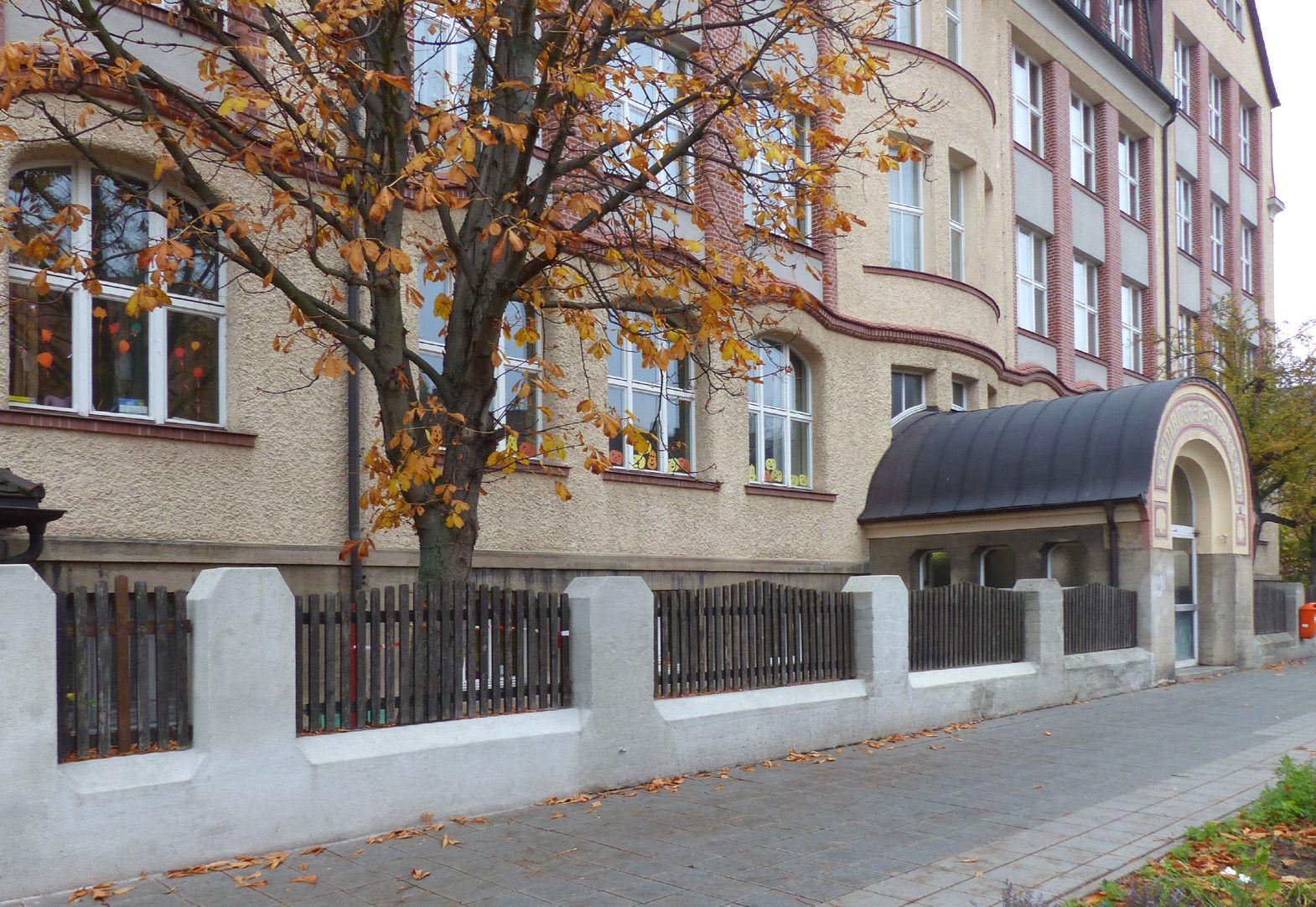 Scharrerschule Straßenansicht mit Eingang Mädchenschule