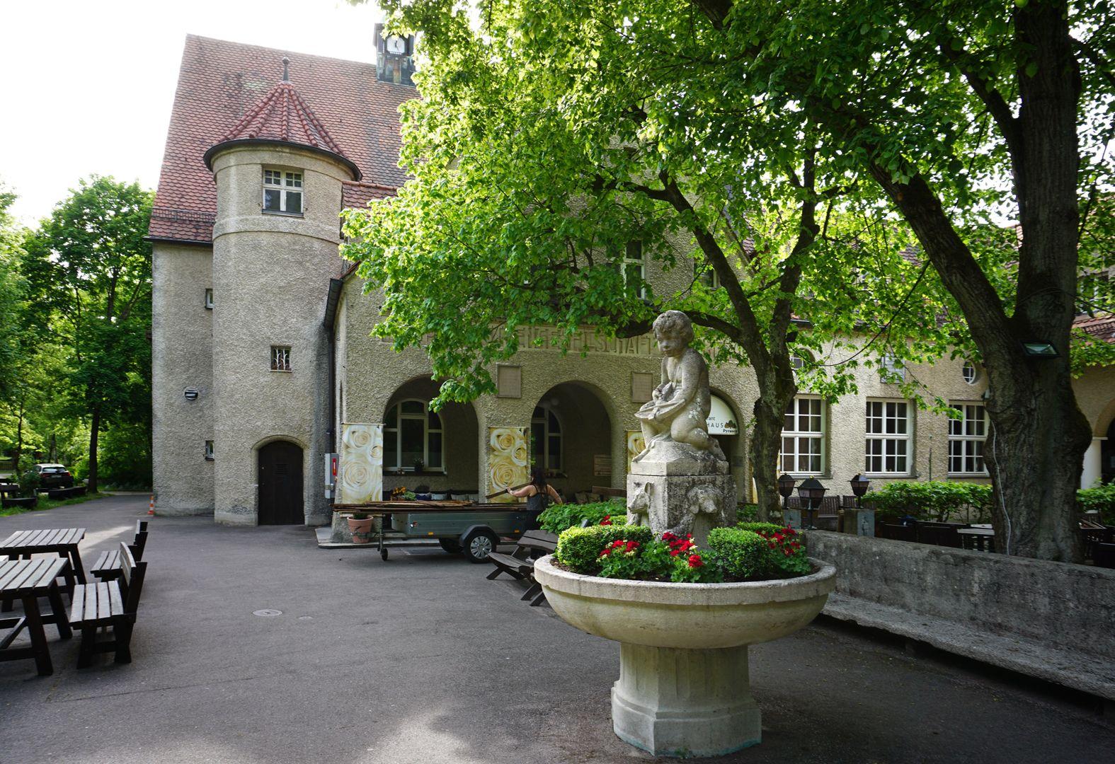 Schützenbrunnen Brunnen mit Gebäuden der Hauptschützen-Gesellschaft im Hintergund