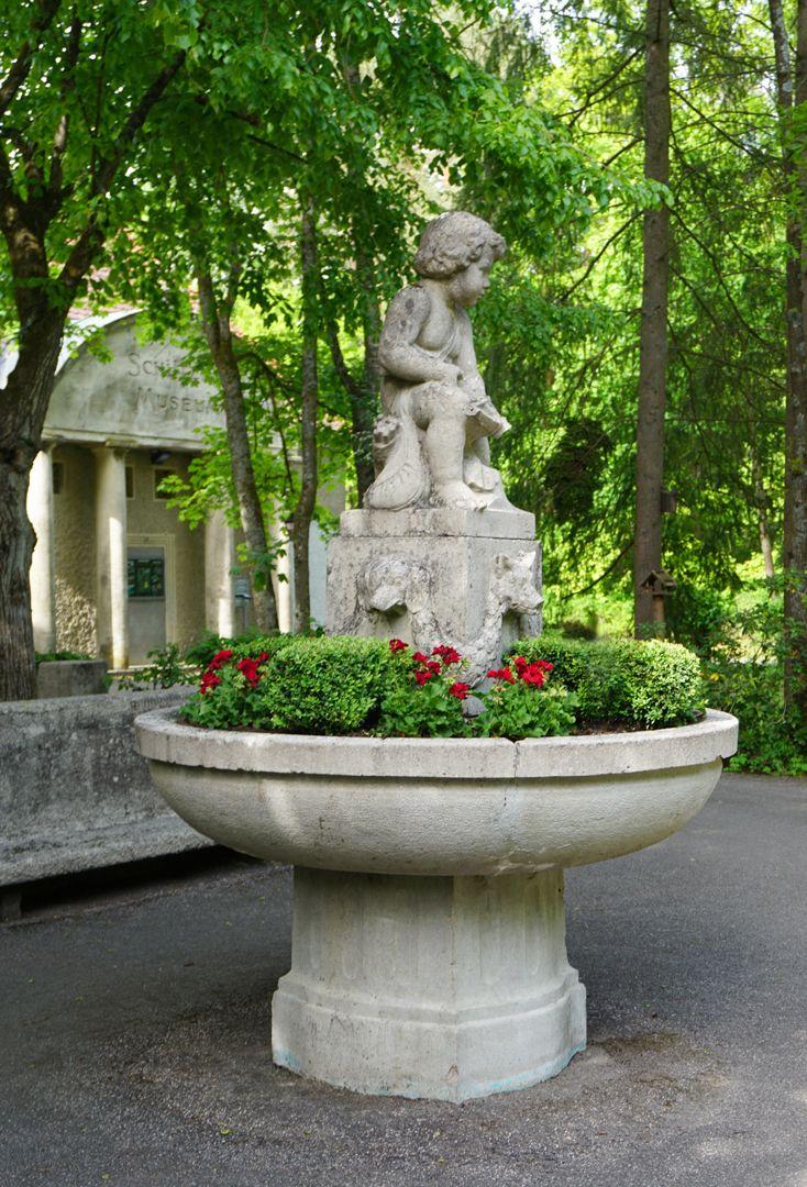 Schützenbrunnen seitliche Ansicht des Brunnens / im Hintergrund Museumsgebäude der Schützengesellschaft