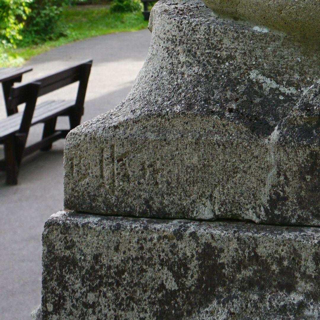 Schützenbrunnen Verwitterte Künstlersignatur